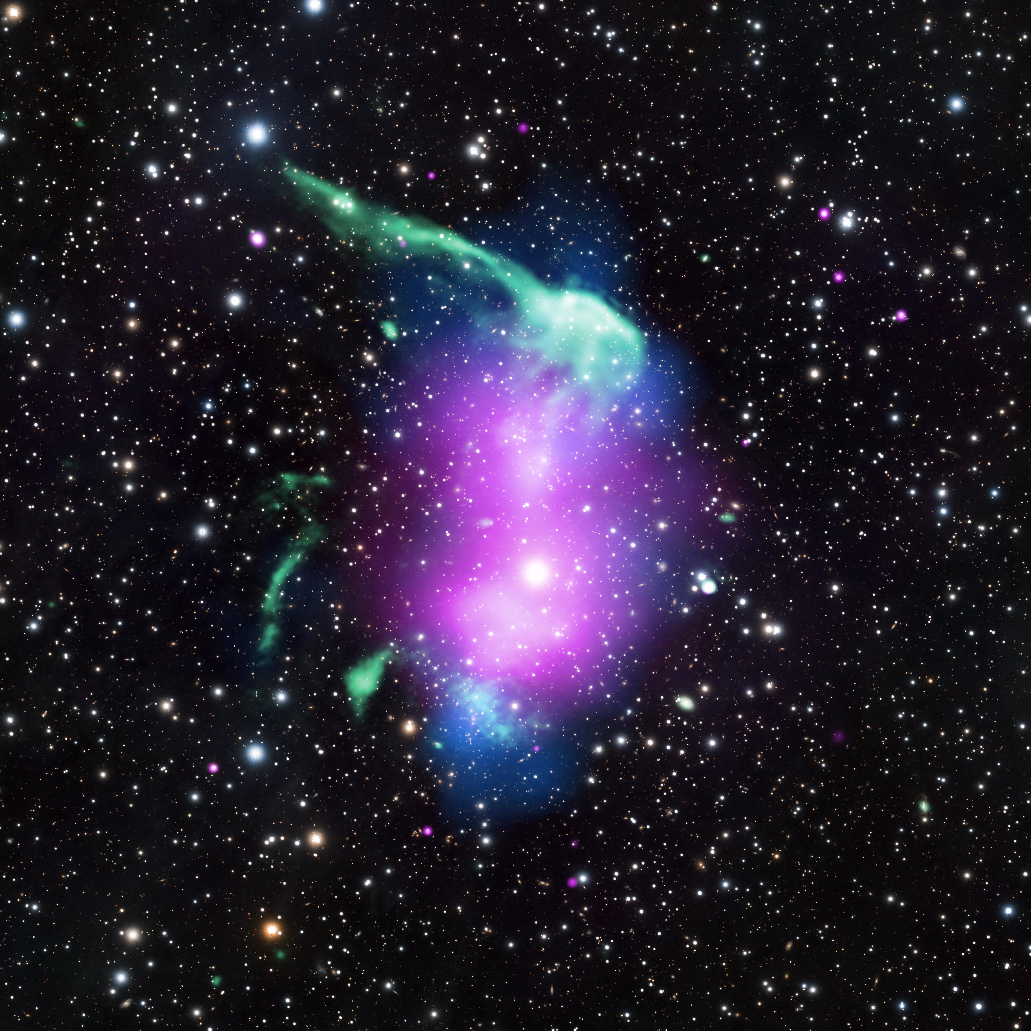 Galaksi kümesi RX J0603.3+4214'ün kompozit X-ışın, radyo, optik ve kütle haritası